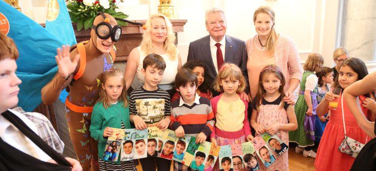 Bundespräsident Gauck mit den Preisträgern der Jahn-Schule Wiesbaden und Maskottchen Vite, © Engagement Global / Patrick Meinhold
